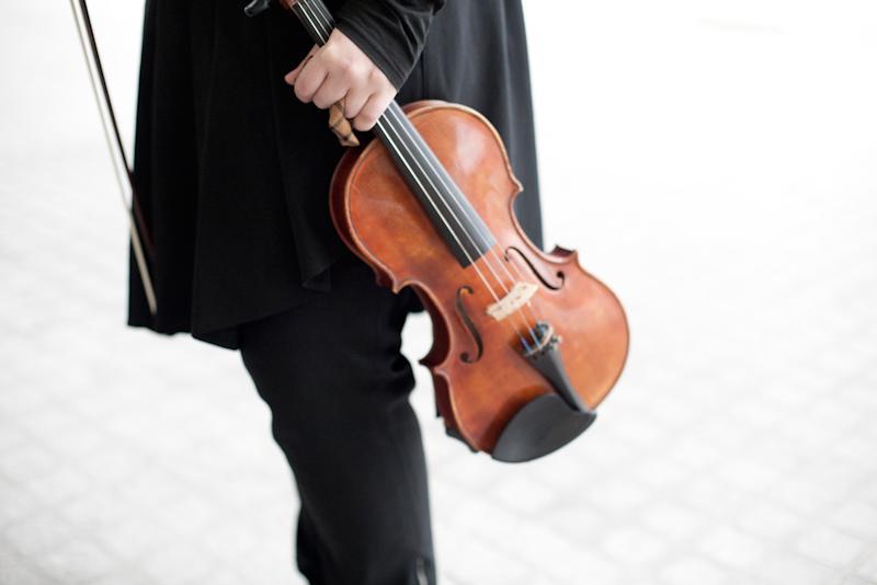 Estudiante con violín de Berklee Valencia