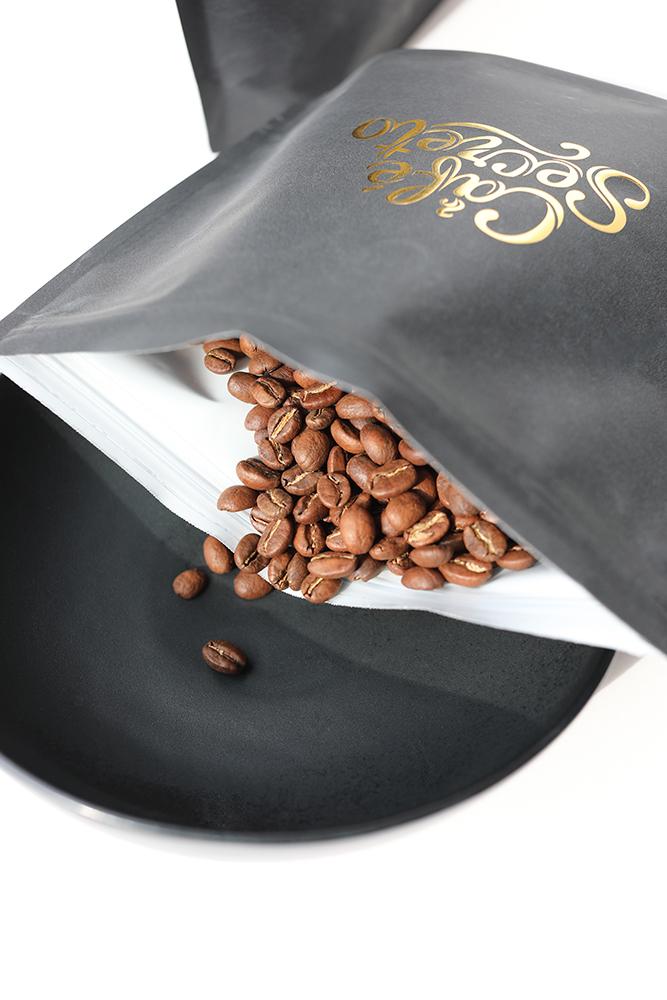 bolsa de café con granos de café