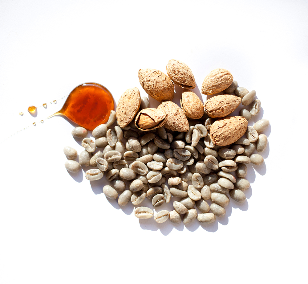Granos de café sin tostar con almendras y miel