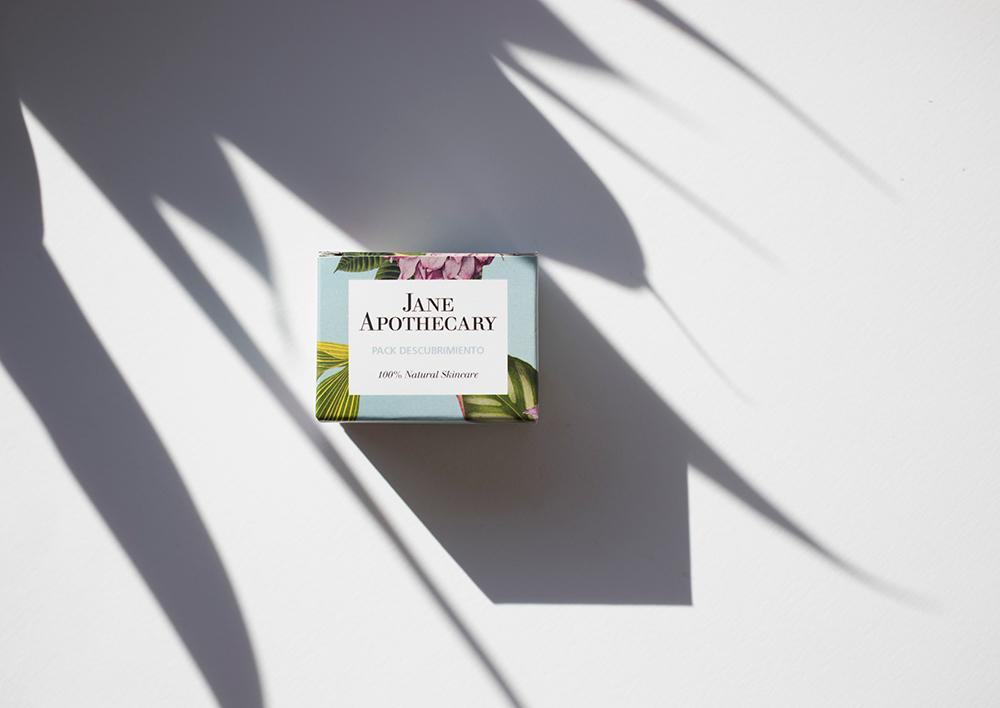caja de crema con sombras de plantas