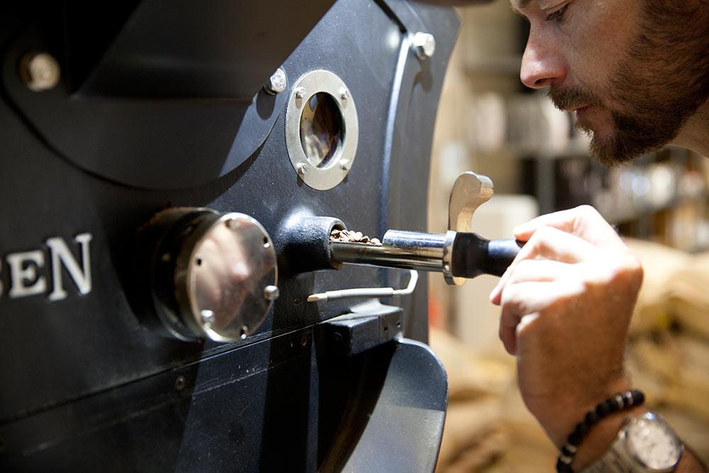 Enrique tostando café