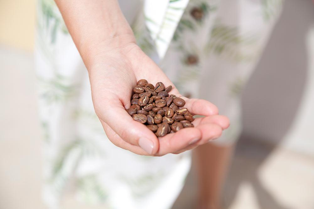 mano de mujer con granos de café