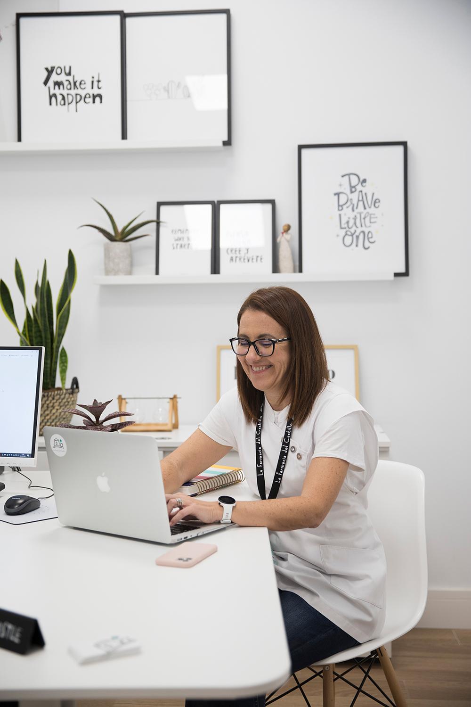 Marta Perez trabajando en su oficina
