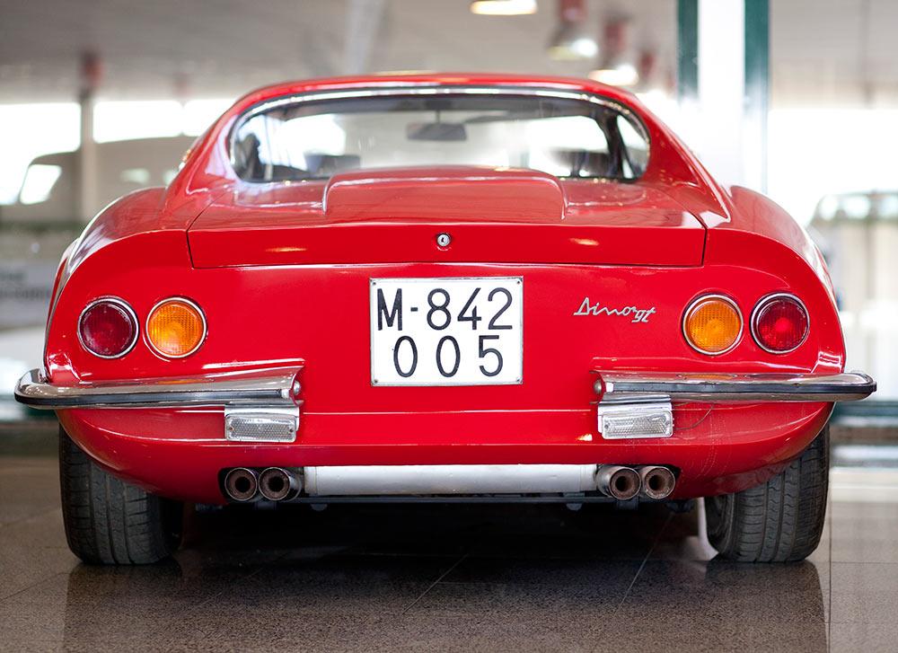 parte de detrás de coche antiguo rojo