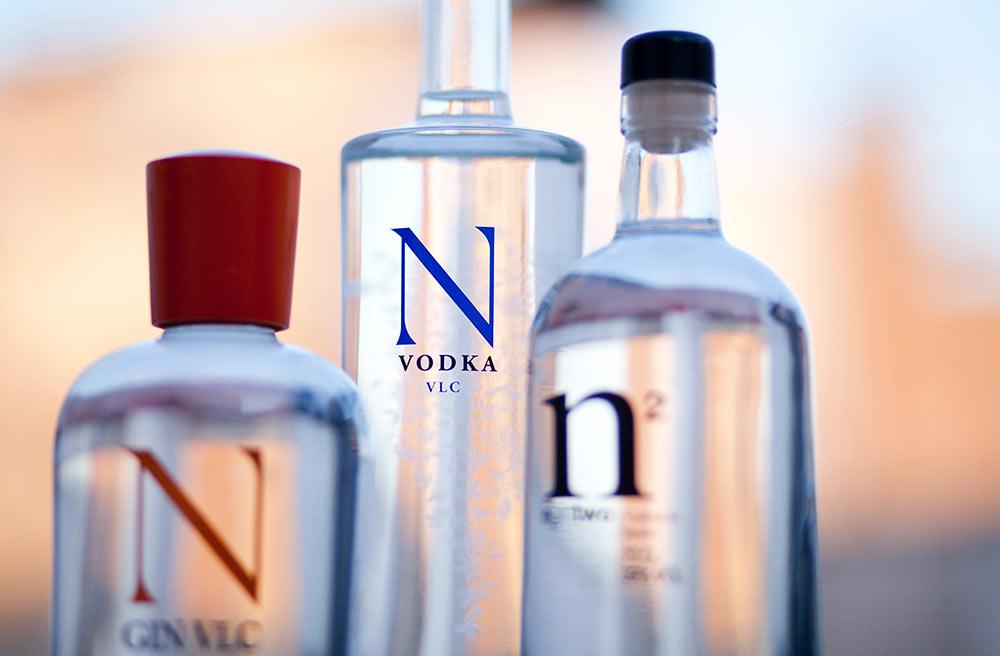 Fotografía de ginebra y vodka ngin
