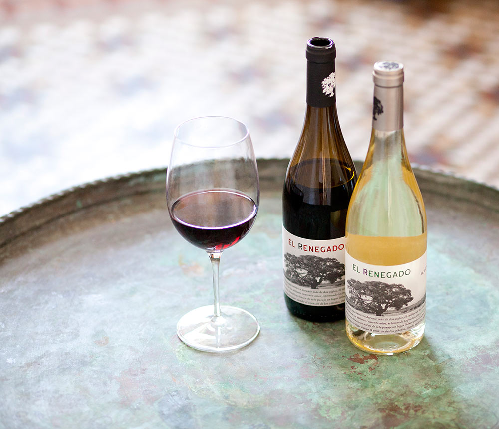 Botellas de vino blanco y tinto sobre bandeja