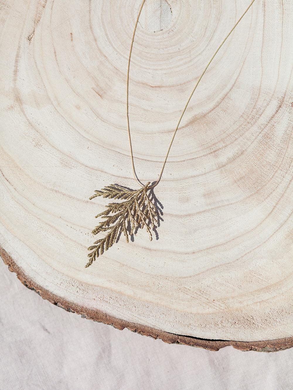 colgante en oro de hoja de ciprés