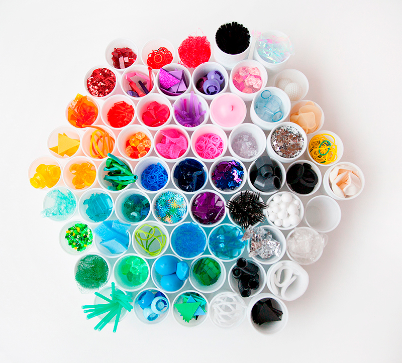 vasos de plástico de colores, piezas sueltas