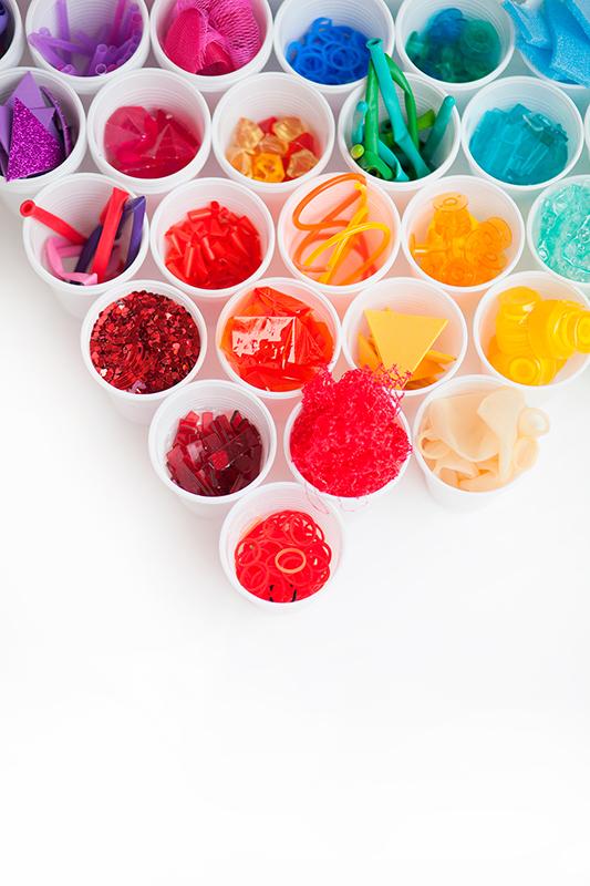 vasos de plástico de colores, loose parts