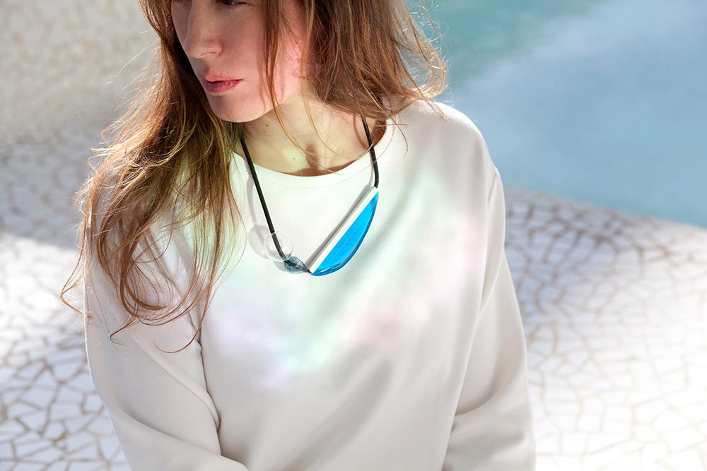 Colgante de cristal en azul con mujer