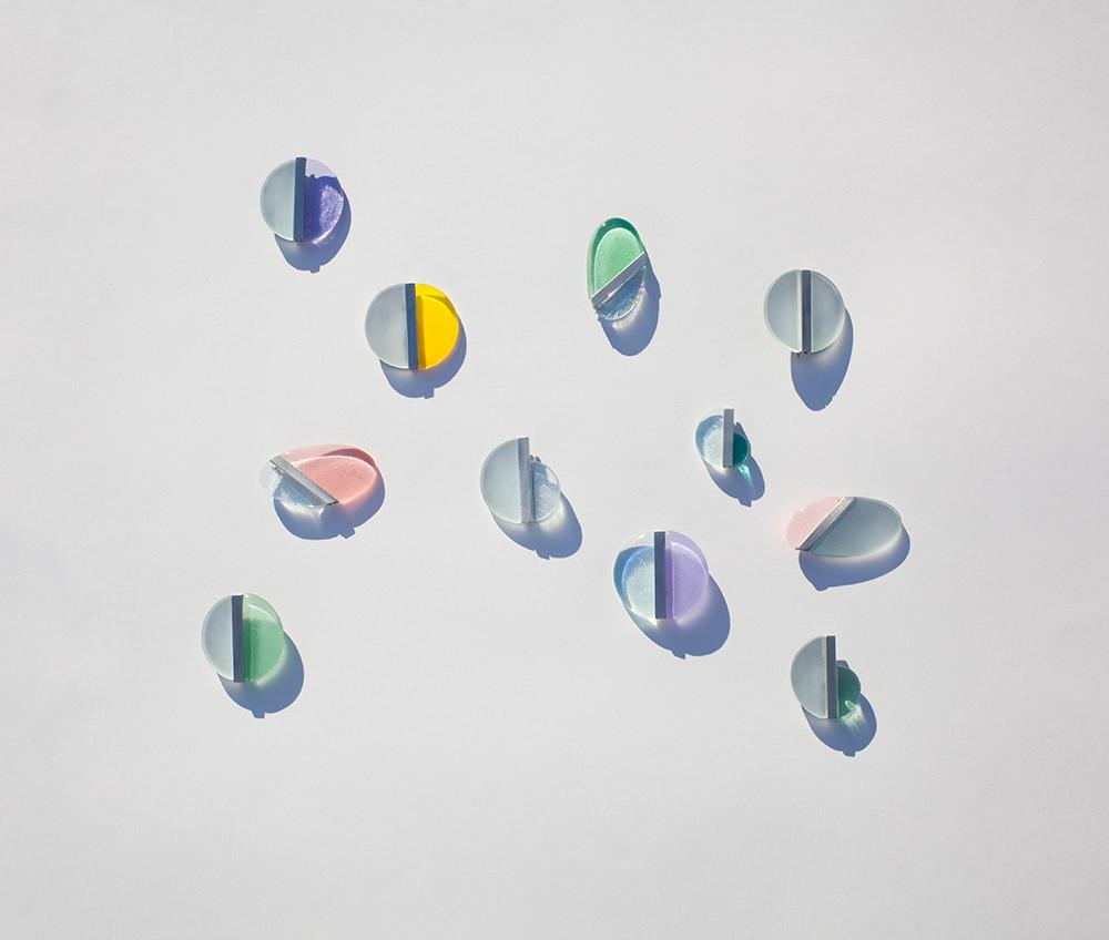 piezas de cristal fotografiadas con sombras