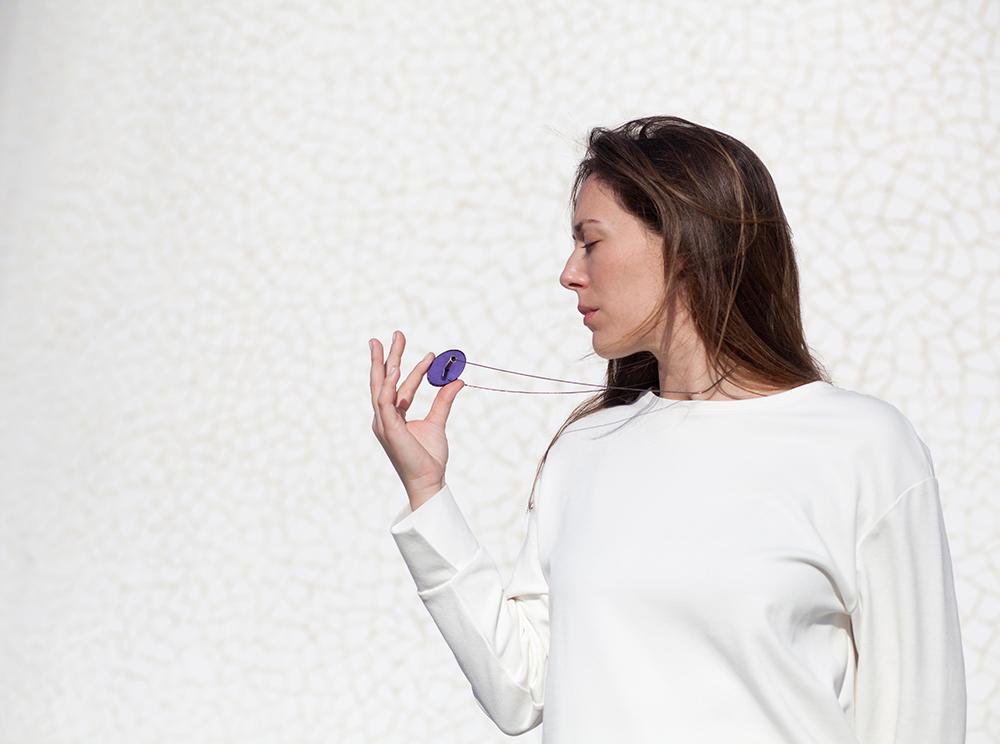 mujer con colgante con pieza de vidrio sio2