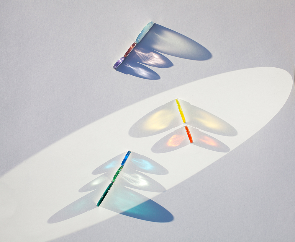 piezas de vidrio de colores con sombras