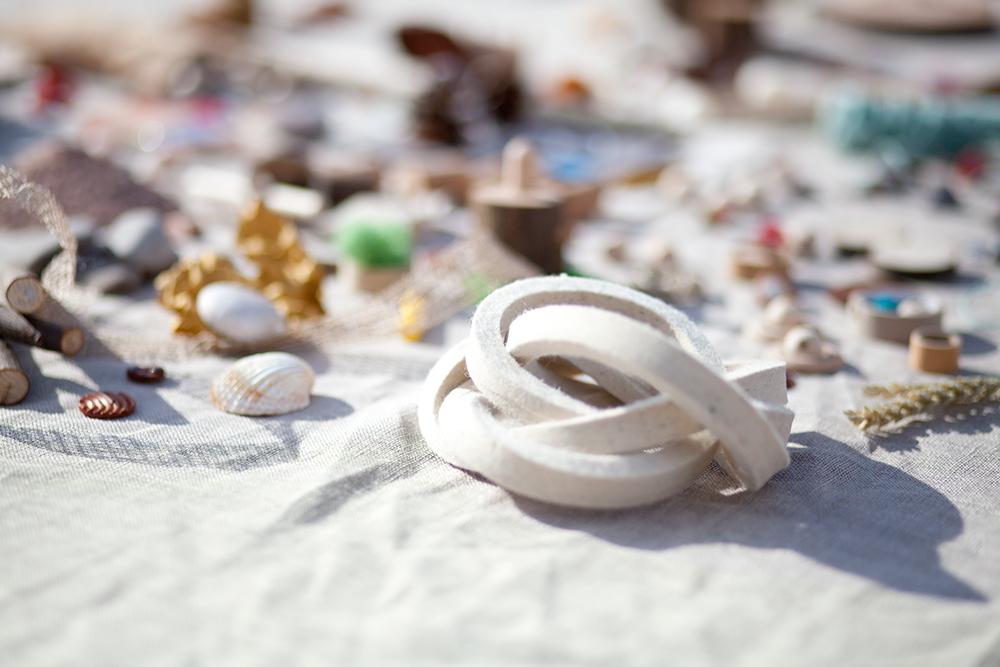 pieza de fieltro blanca en bodegón