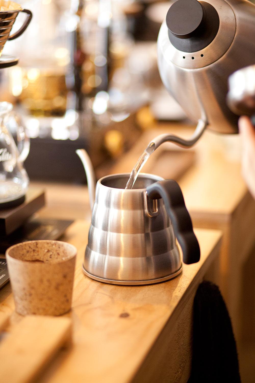preparando agua para café de filtro