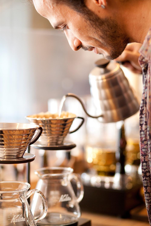 Lucio preparando un café de filtro