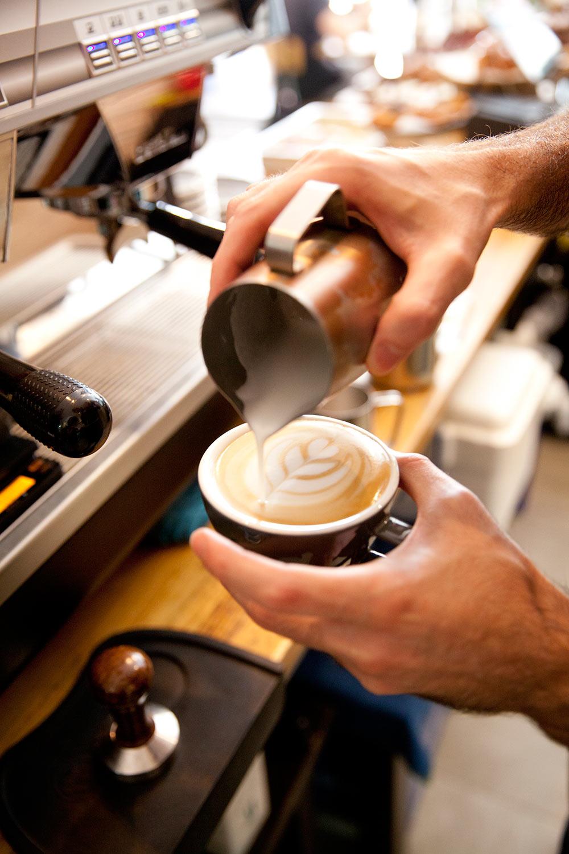 preparando un café con leche