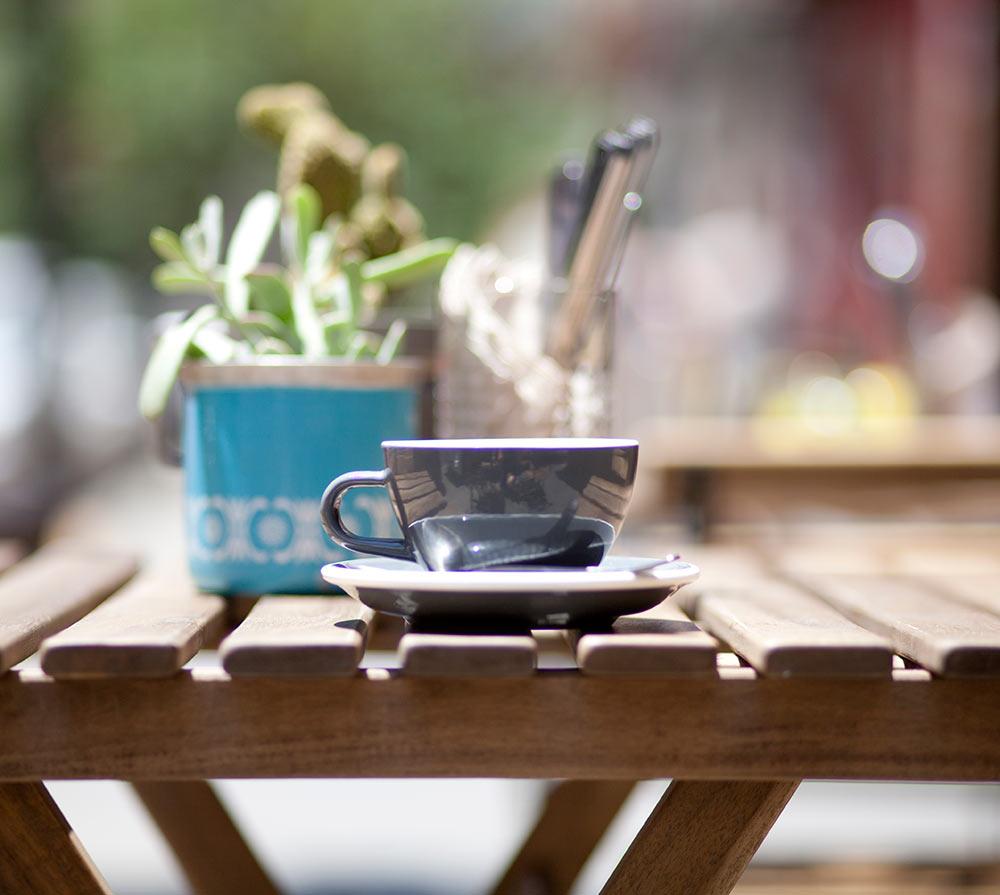 taza de cafe gris