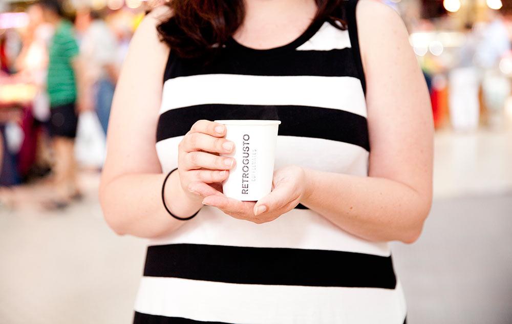 manos con vaso de café