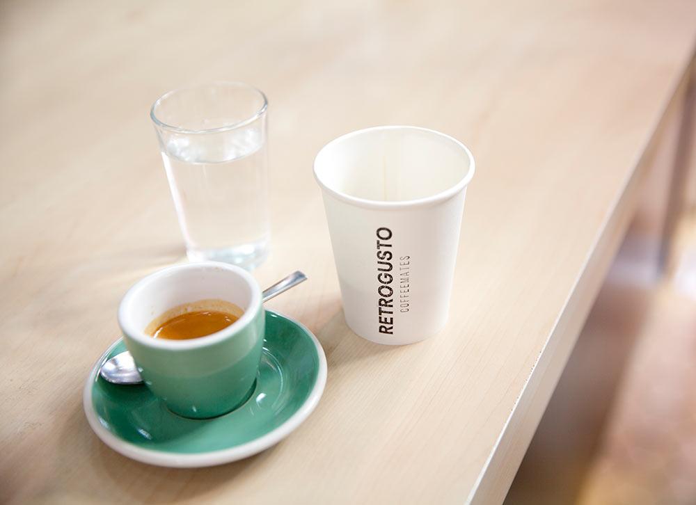 café solo con taza y vaso de agua