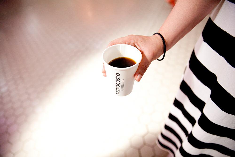 vaso de cartón con café